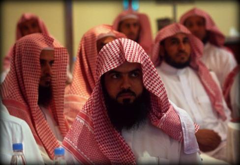 اعضای پلیس مذهبی در حال شرکت در دورهی آموزشی هستند. مقامات عربستانی واحدی مخصوص برای تعقیب ساحران دارند.
